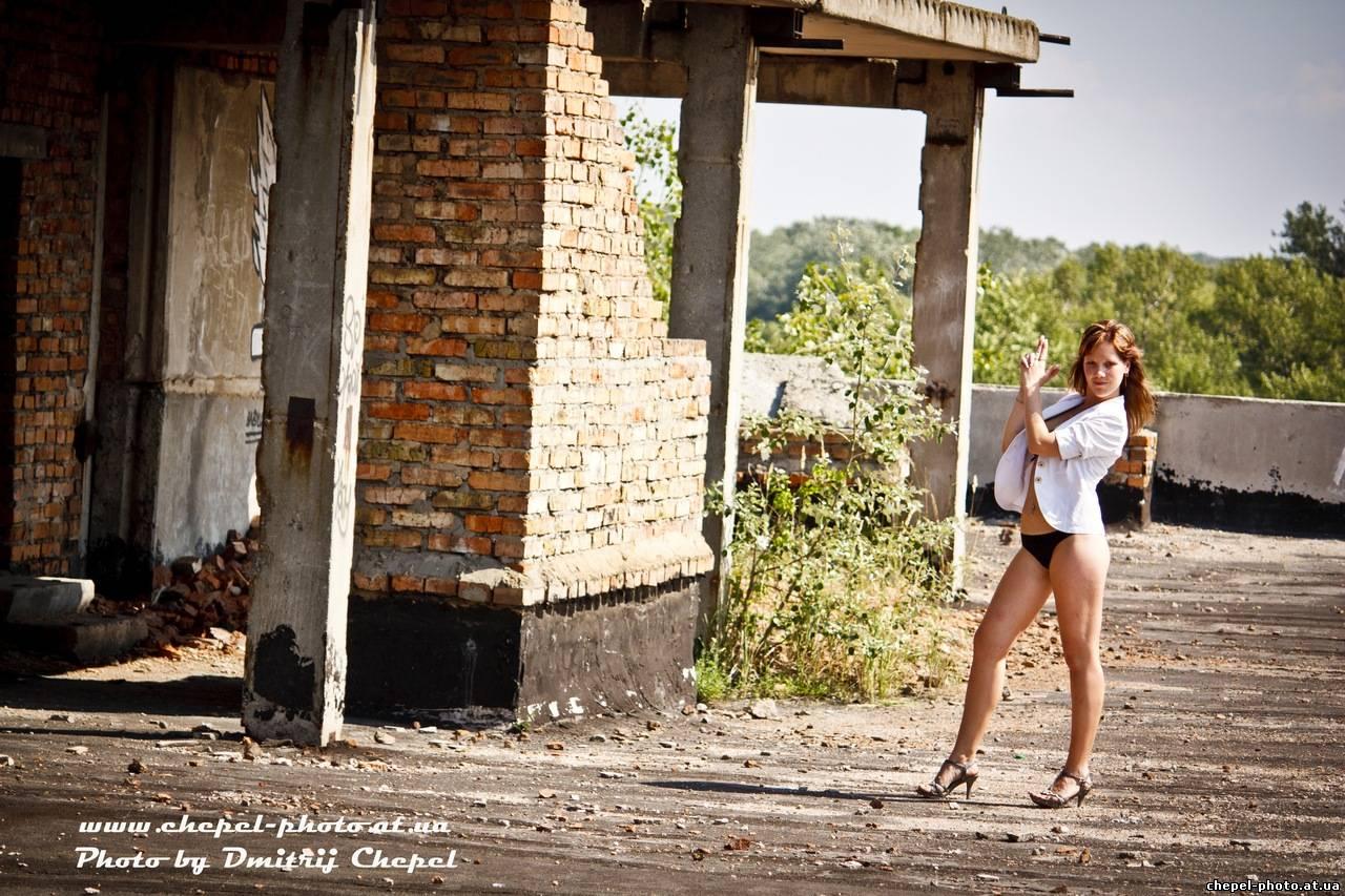 Фото девушек на заброшенных зданиях